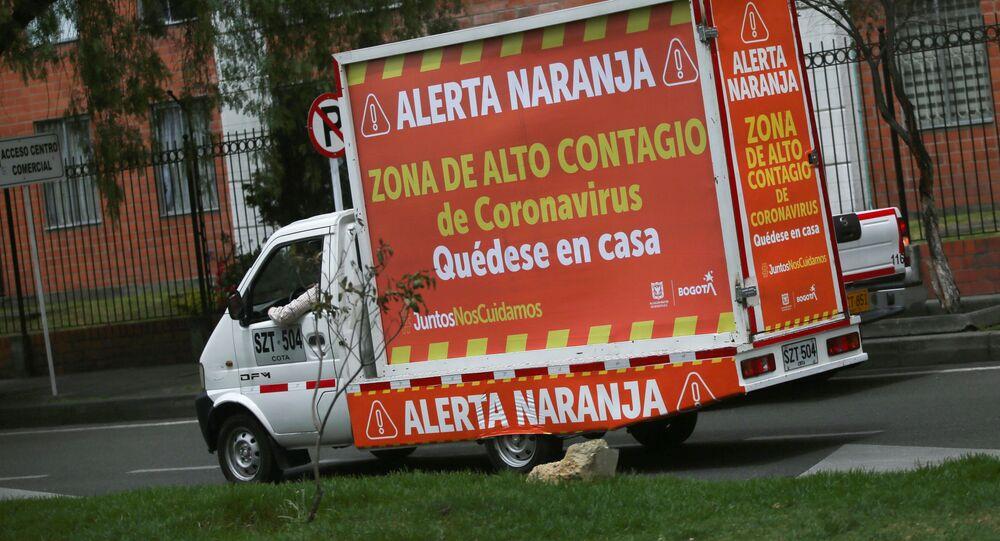 Una furgoneta con un mensaje de las autoridades en Bogotá, Colombia