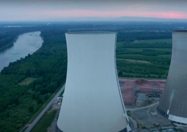 Operación secreta: así explotan las torres de una antigua planta nuclear en Alemania