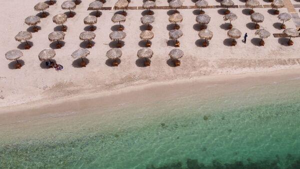 Una playa en Atenas un día antes de su reapertura a los bañistas - Sputnik Mundo