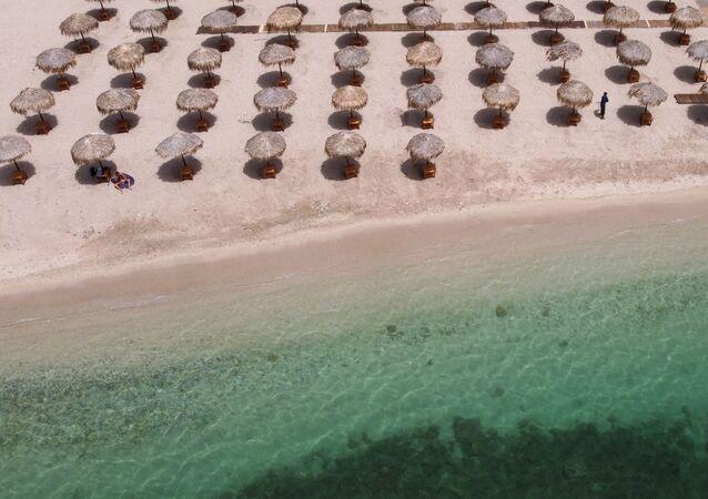 Una playa en Atenas un día antes de su reapertura a los bañistas
