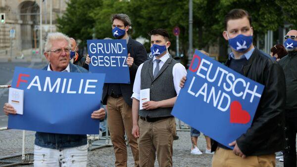 Manifestantes protestan en las calles de Berlín por el fín del confinamiento - Sputnik Mundo