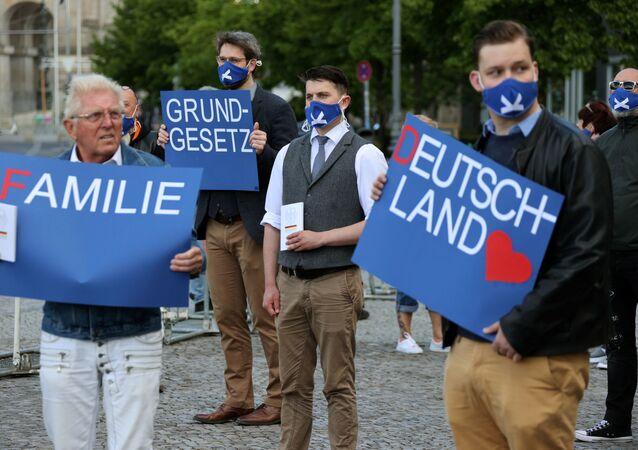 Manifestantes protestan en las calles de Berlín por el fín del confinamiento