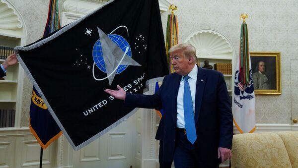 El presidente de Estados Unidos, Donald Trump, en la ceremonia de la inauguración de la bandera de las Fuerzas Espaciales de EEUU - Sputnik Mundo
