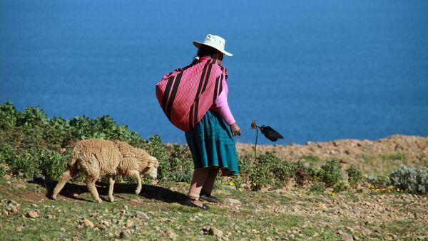Una mujer en el lago Titicaca, Perú (imagen referencial) - Sputnik Mundo
