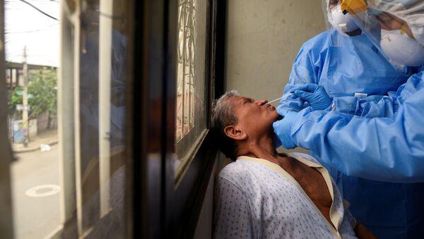 Médicos ecuatorianos haciendo un test de coronavirus en Guayaquil, Ecuador - Sputnik Mundo
