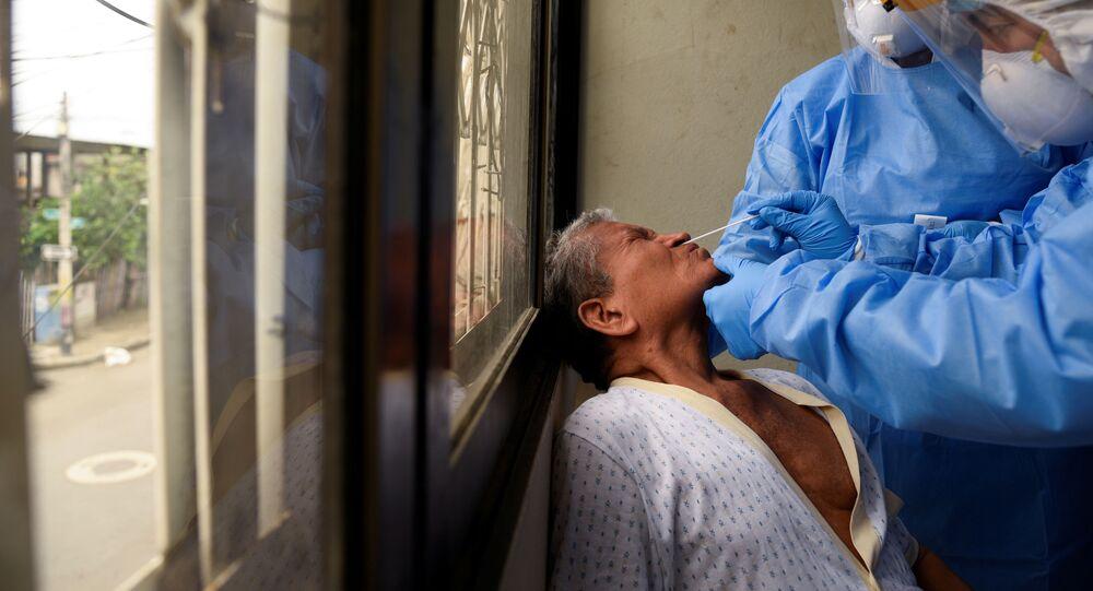 Médicos ecuatorianos haciendo un test de coronavirus en Guayaquil, Ecuador