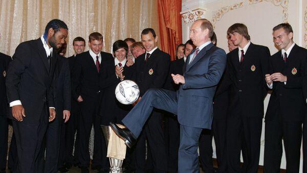 Vladímir Putin, presidente de Rusia, hace jueguitos con el balón durante un encuentro con los futbolistas del CSKA de Moscú en 2005 - Sputnik Mundo
