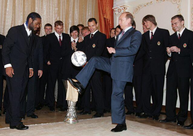 Vladímir Putin, presidente de Rusia, hace jueguitos con el balón durante un encuentro con los futbolistas del CSKA de Moscú en 2005