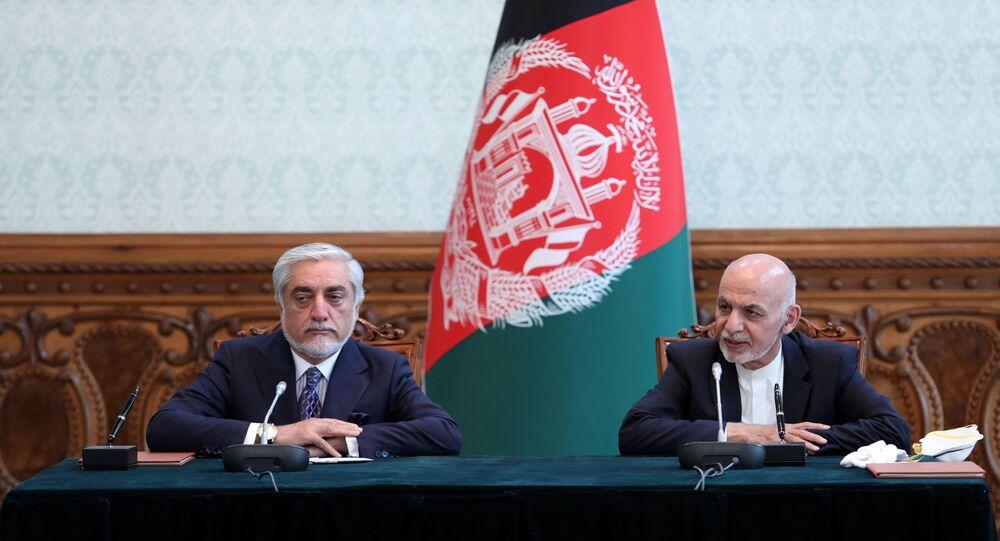 El presidente de Afganistán, Ashraf Ghani, y el exjefe del Ejecutivo Abdullah Abdullah firman el acuerdo político