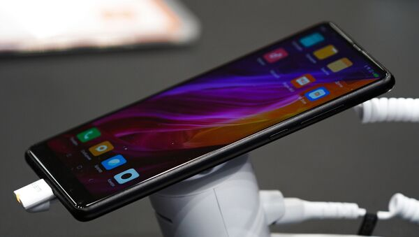 Un teléfono inteligente de Xiaomi en su tienda en Moscú, Rusia - Sputnik Mundo