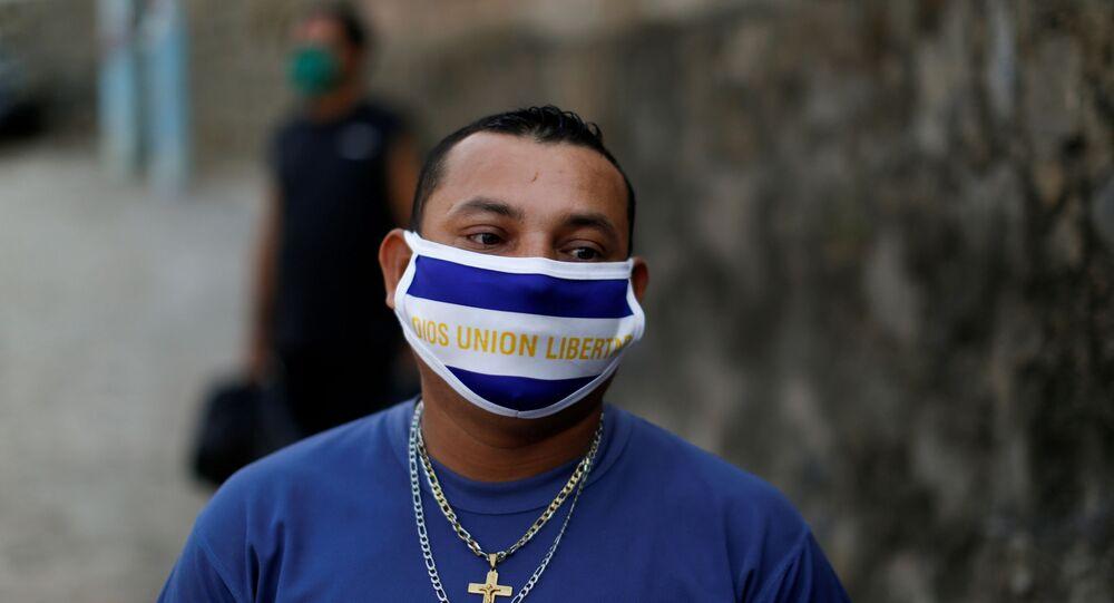 Un chico con mascarilla durante el brote de coronavirus en El Salvador
