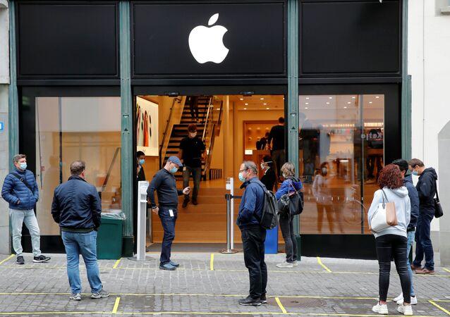 Reapertura de la tienda de Apple tras la cuarentena por el brote de coronavirus en Suiza