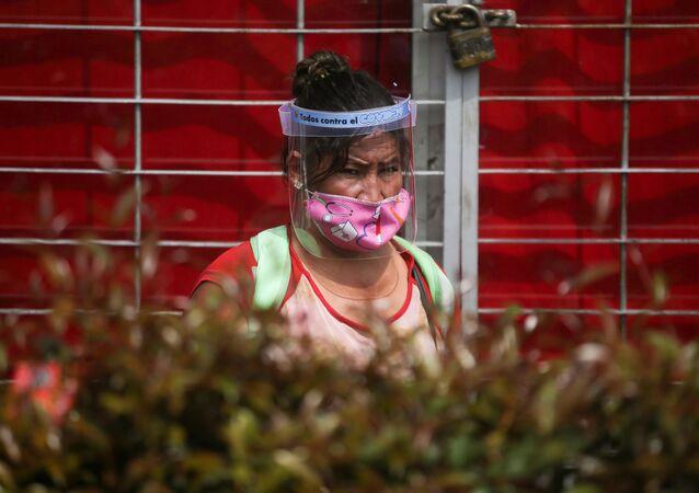 Una colombiana con mascarilla