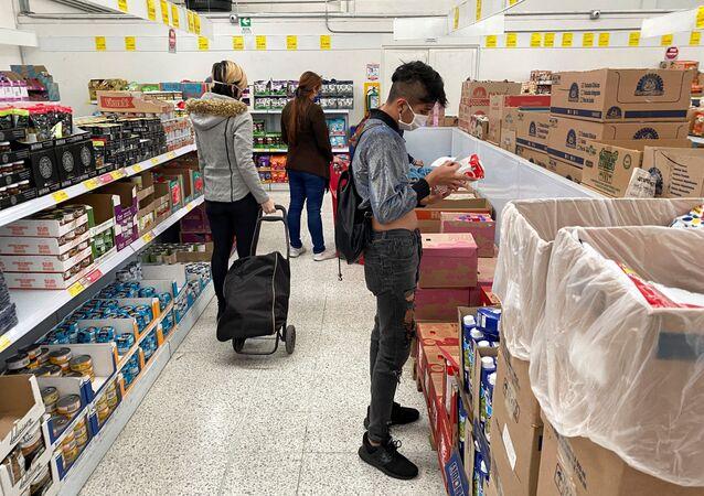 La gente en un supermercado en plena pandemia de coronavirus