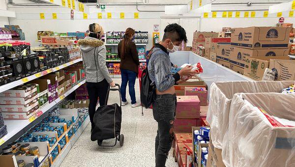 La gente en un supermercado en plena pandemia de coronavirus - Sputnik Mundo