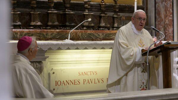 El papa Francisco celebrando una misa con motivo del centenario del natalicio de Juan Pablo II  - Sputnik Mundo