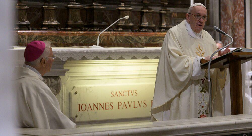 El papa Francisco celebrando una misa con motivo del centenario del natalicio de Juan Pablo II
