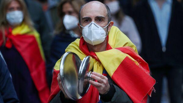 Un hombre protesta contra la gestión del gobierno español ante la pandemia por coronavirus - Sputnik Mundo