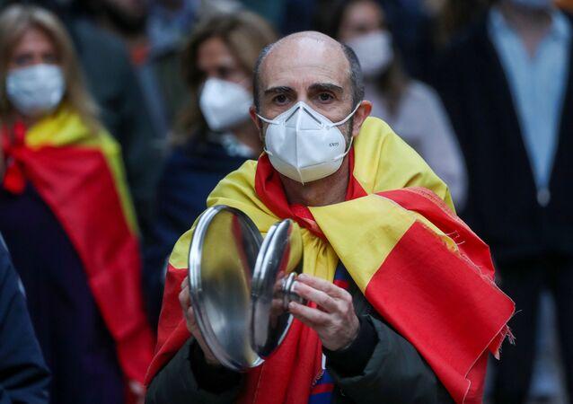 Un hombre protesta contra la gestión del gobierno español ante la pandemia por coronavirus