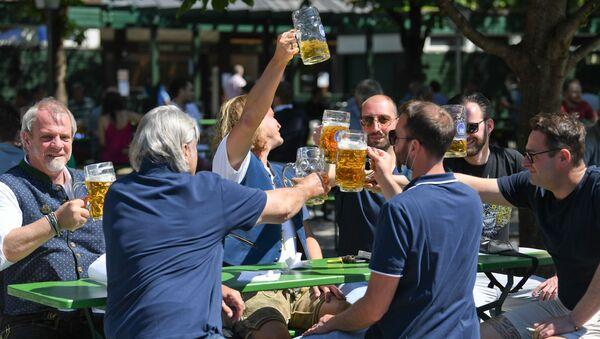 Múnich reabre sus cervecerías al aire libre - Sputnik Mundo