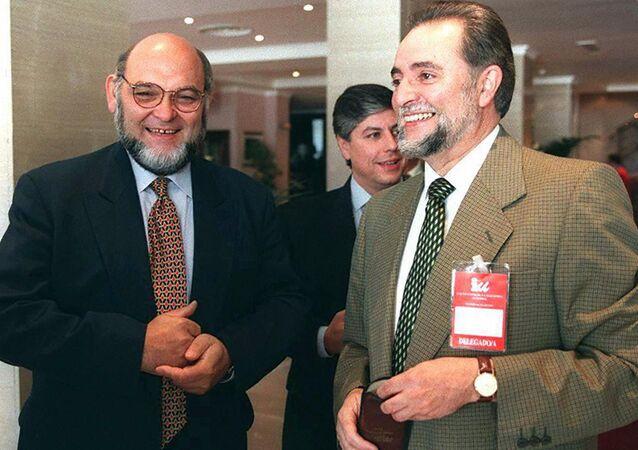 Julio Anguita, a la derecha, líder histórico de Izquierda Unida