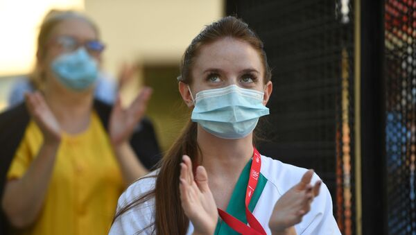 Sanitaria aplaudiendo en el Hospital Gregorio Marañón de Madrid - Sputnik Mundo