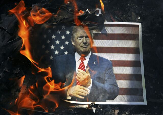Un retrato de Donald Trump ardiendo