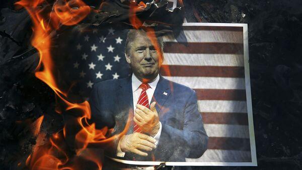 Un retrato de Donald Trump ardiendo - Sputnik Mundo