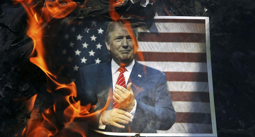 Un retrato de Donald Trump ardiendo