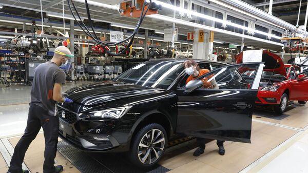 Trabajadores con mascarilla en el interior de la fábrica de Seat en Martorell (Barcelona) - Sputnik Mundo