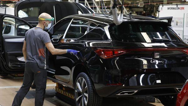 Trabajador con mascarilla de la línea del Seat León en la fábrica de Martorell (Barcelona) - Sputnik Mundo