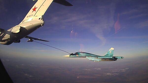Así los pilotos militares de Rusia llenan tanques de combustible en pleno vuelo - Sputnik Mundo