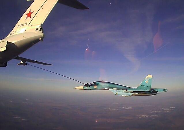 Así los pilotos militares de Rusia llenan tanques de combustible en pleno vuelo
