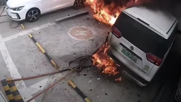 Un auto eléctrico se prende fuego y explota en una estación de recarga - Sputnik Mundo