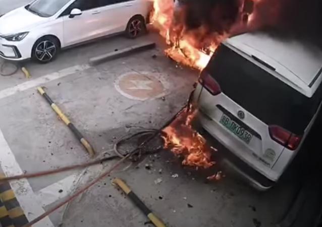 Un auto eléctrico se prende fuego y explota en una estación de recarga