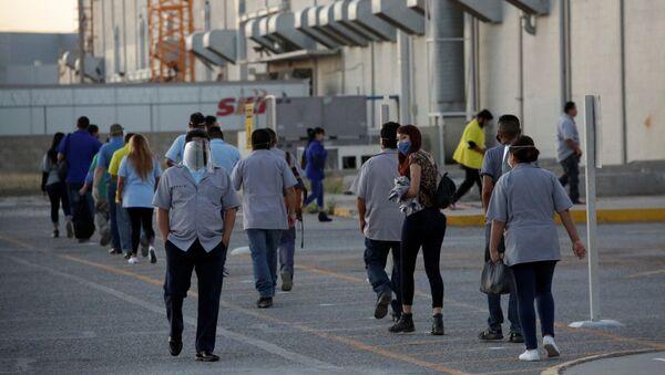 Trabajadores del fabricante estadounidense de autopartes Aptiv Plc llegan a la planta, en Ciudad Juárez, México, el 18 de mayo de 2020 - Sputnik Mundo