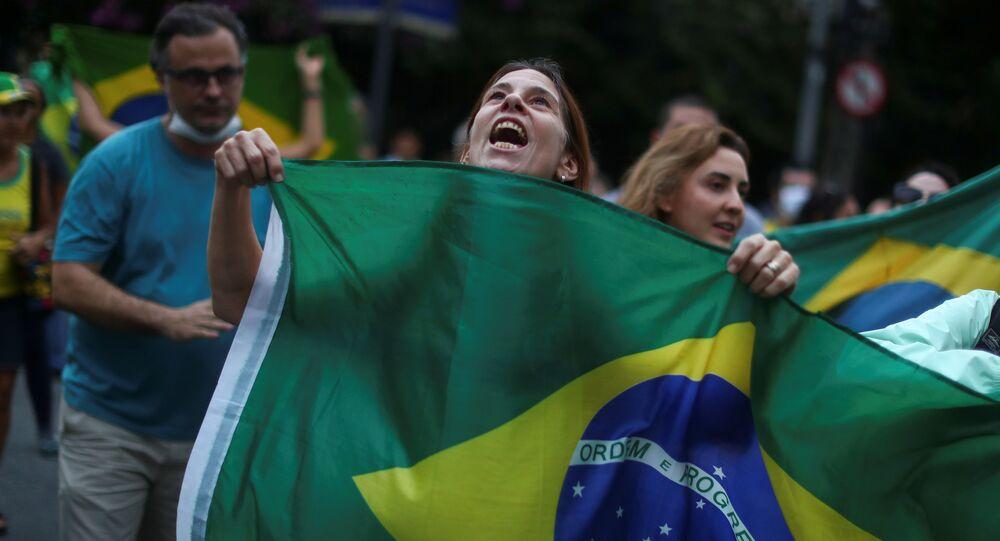 Una mujer sostiene la bandera de Brasil en una manifestación en Río de Janeiro