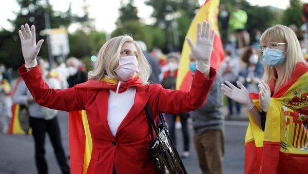 Dos mujeres con mascarillas en España - Sputnik Mundo