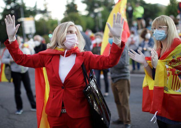 Dos mujeres con mascarillas en España