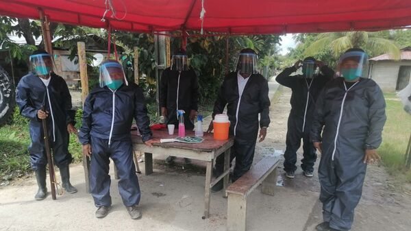 Guardia indígena colombiana con kits de bioseguridad entregados por Asociación Tejiendo Amazonas Tejama - Sputnik Mundo