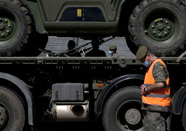 Soldados españoles preparan sus vehículos para una misión en el Hospital Gregorio Marañón de Madrid