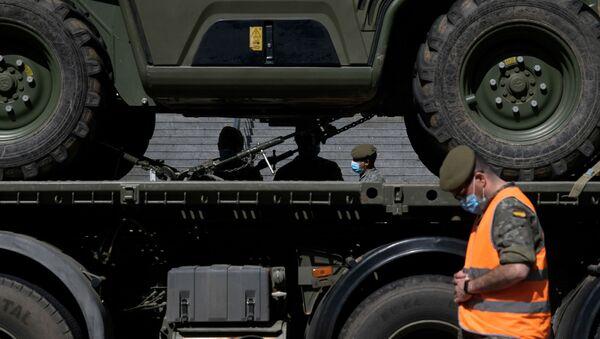 Soldados españoles preparan sus vehículos para una misión en el Hospital Gregorio Marañón de Madrid - Sputnik Mundo