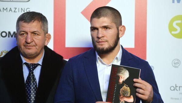 Khabib Nurmagomedov con su padre, Abdulmanap - Sputnik Mundo