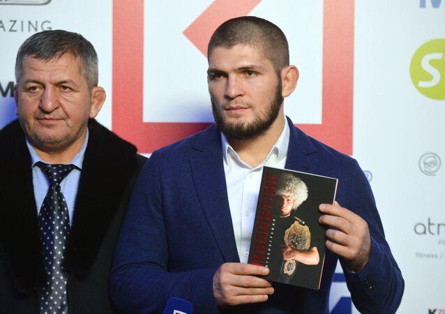 Khabib Nurmagomedov con su padre, Abdulmanap