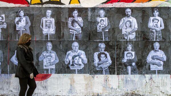 Afiches de personalidades uruguayas sosteniendo fotografías de desaparecidos en 2020 - Sputnik Mundo