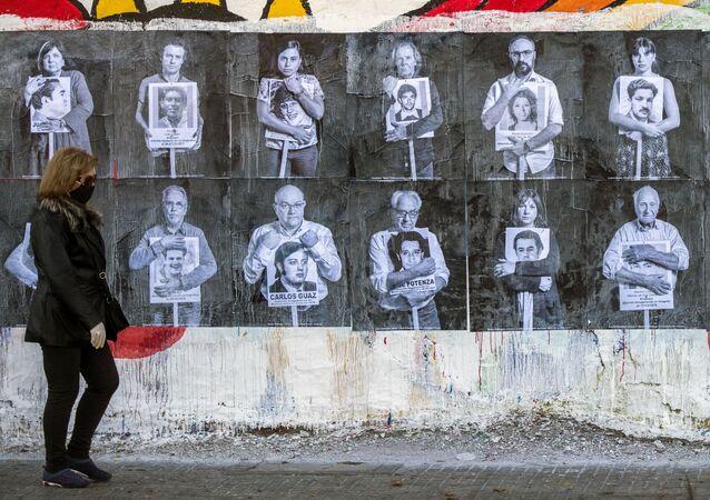 Afiches de personalidades uruguayas sosteniendo fotografías de desaparecidos en 2020