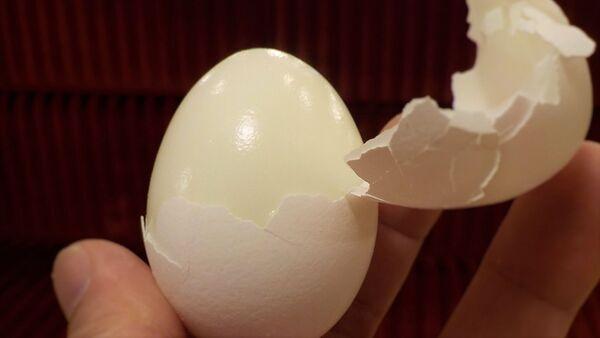 Persona pelando un huevo - Sputnik Mundo