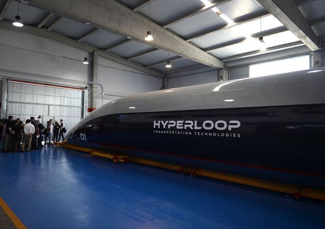 Una cápsula Hyperloop de pasajeros a gran escala es presentada por Hyperloop Transportation Technologies en Cádiz en 2018