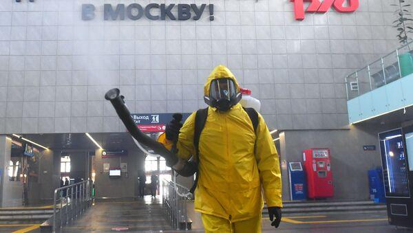 Desinfección de una estación de trenes en Moscú - Sputnik Mundo