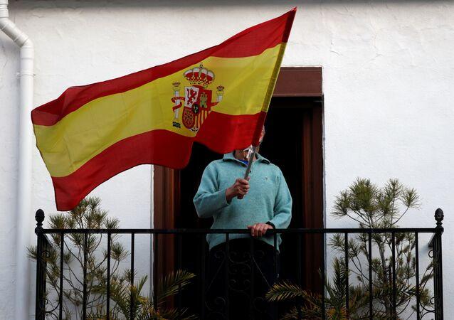 Una persona con una bandera de España